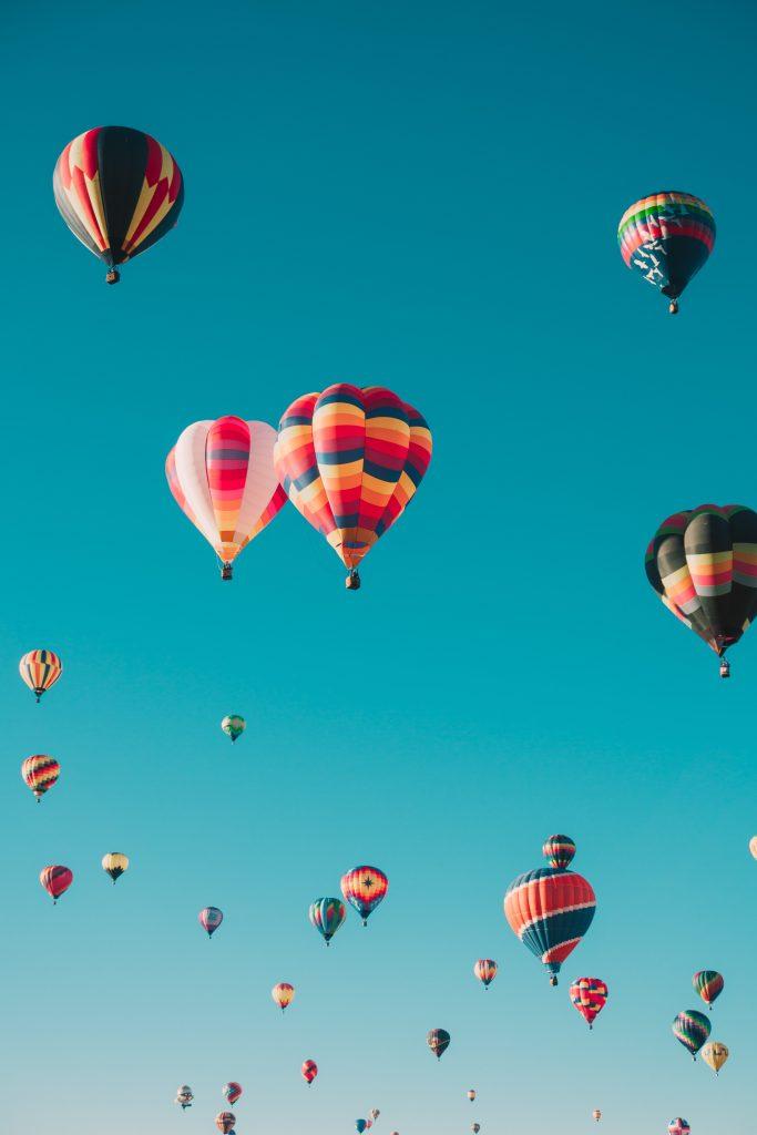un essain de mongolfières dans un ciel bleu