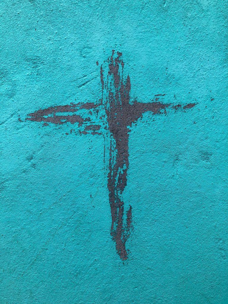 un mur de couleur bleue avec deux trainées de couleur rouge sang, esquissant la croix, symbole de la foi à l'épreuve de la souffrance