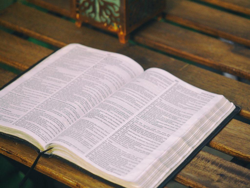 une bible ouverte posée sur une belle table en bois, voilà une belle ambiance pour s'intéresser à cette nouvelle traduction de la Bible