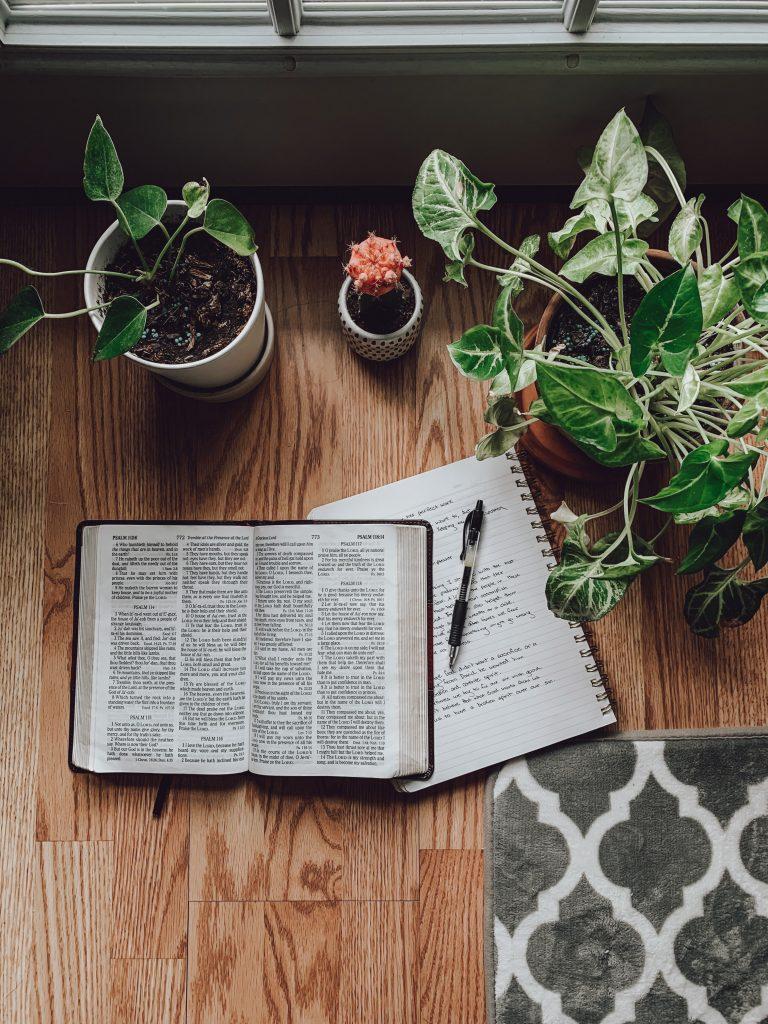 Lire une nouvelle traduction de la Bible c'est se poser sur une jolie table au bord de la fenêtre dans un joli cadre avec un carnet de notes et un stylo